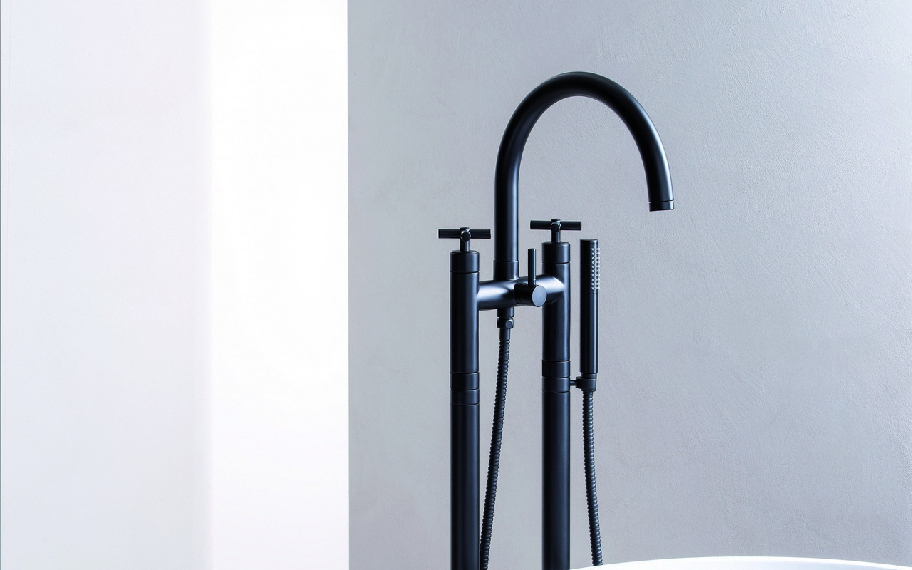 Celine Floor Mounted Bath Filler black 01 (web)